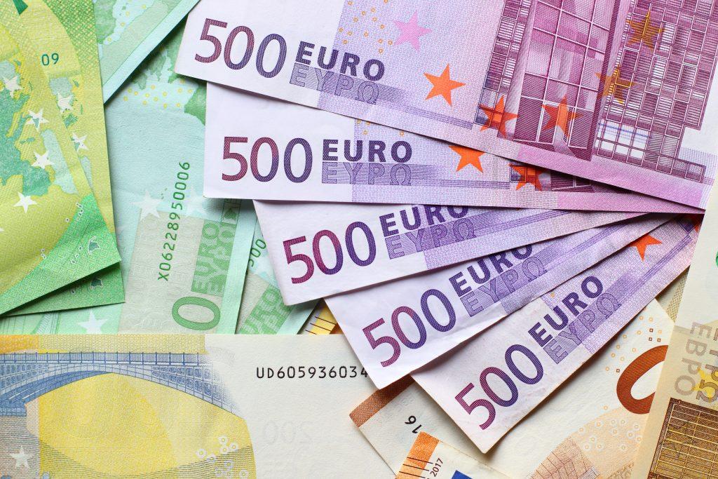 500 eurové bankovky na kope dalsich bankoviek